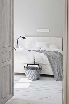 honeypielivingetc: såpa & strass  so obsesed with bright whites and calming grays...