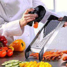 Heeft u de snijtechnieken niet helemaal onder controle? Dat is geen probleem met de mandoline. In een handomdraai snijd u uw groente en fruit in diverse stijlen.