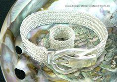 von Hand doppelt mit 2-fachem Draht gestricktes Armband mit Magnet-Schnalle, silber/gold - versilberter Kupferdraht und Messingdraht, Breite: 1,3-1,4 cm, Länge: bitte messen und bei Bestellung...