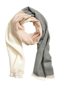 Fular en bloque de color: Fular en tejido suave con acabado de flecos. Estampado en bloque de color. Medidas 70x200 cm.