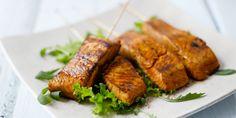 Kuullota chilijauhetta hetki miedolla lämmöllä öljytilkassa. Sekoita kaikki marinadin ainekset.Leikkaa lohi neljäksi annospalaksi. Pane palat vuokaan, kaada marinadi päälle ja kääntele paloja marinadissa. Anna maustua 15-20 minuuttia.Pujota hyvin vedessä liotetut varrastikut lohipaloihin ja nosta palat grilliin nahkapuoli parilaa vasten. Voitele lohipaloja grillaamisen aikana marinadilla.Kun lohi on muuttunut lähestulkoon kokonaan vaaleaksi, käännä vartaat ja grillaa pintaan kaunis väri…