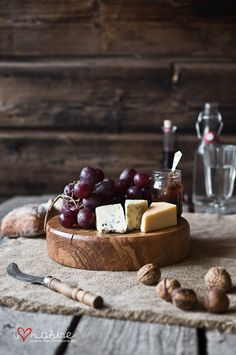 Serving board / stand - i love nature Wooden Cheese Board, Cheese Boards, Cheese Display, Sushi Platter, Bar A Vin, Kitchen Board, Serving Others, Catering Food, Bread Board
