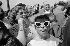 Que podemos decir del célebre Henri Cartier-Bresson que no se haya dicho antes, nada nuevo. Considerado el padre del fotoreportaje, Bresson se encuentra en el olimpo de los fotógrafos más importantes e influyentes de nuestro tiempo. Vivió prácticamente durante todo el Siglo XX, una época repleta de acontecimientos históricos y grandes nombres de personajes ilustres. Documentó la guerra civil española, fue el amigo fiel de Robert Capa y retrató a gente tan dispar como Ghandi, Pablo Picasso…