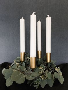 Coroa do advento com eucalipto Christmas Calendar, Kids Calendar, Noel Christmas, White Christmas, Christmas Wreaths, Xmas, Advent Wreaths, Nordic Christmas, Reindeer Christmas