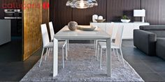 Korkeakiiltoinen valkoinen Calligaris Omnia jatkopöytä, valkoisella lasilla. LxKxS 90x75x160/220