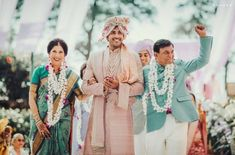 Wedding Family Photo Ideas You Must Bookmark For Your Wedding Happy Family Pictures, Family Photos, Couple Posing, Couple Portraits, Groom Trends, Royal Family Portrait, Haldi Ceremony, Pink Images, Big Fat Indian Wedding