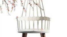 Neue Holzklasse - vielseitiges Naturmaterial Traditionelle Formen treffen hier auf typisch italienische Leichtigkeit. Der Schaukelstuhl Comback lädt ein zum Träumen. #kontrast #furniture #holzklasse #wood #rockingchair #chair #comback #patriciaurquiola #kartell #design