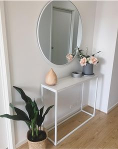 Check this, you can find inspiring Photos Best Entry table ideas. of entry table Decor and Mirror ideas as for Modern, Small, Round, Wedding and Christmas. Small Apartment Interior, Interior Design Living Room, Living Room Decor, Bedroom Decor, Small Apartment Entryway, Dining Room, Decoration Entree, Home Decoration, Decorations