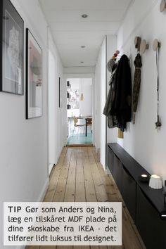 På besøg hos Anders og Nina - en boligreportage fra Boligcious : My-Pleasure. Narrow Hallway Decorating, Decorating Small Spaces, Interior Decorating, Interior Design, Home Entrance Decor, House Entrance, Entrada Ikea, Bedroom Inspiration Cozy, Flur Design