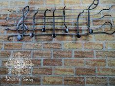 Porte manteau mural en fer forgé, en forme de gamme avec notes de musique servant de crochet et décoré d'une clé de sol.
