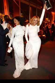 Beyonce and Solange rock the Vanity Fair Oscars party in white gowns Celebrity Siblings, Celebrity Moms, Celebrity Dresses, Celebrity Style, Solange Knowles, Blue Ivy Carter, White Gowns, White Dress, King B