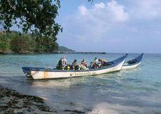 """""""Pulau Weh gehört zu Sumatra und liegt am westlichsten Zipfel von Indonesien. Die 153 qm große Insel besteht aus Bergen, Hügeln, Wäldern und Kokosplantagen, gesäumt von Korallenriffen und weißen Stränden unter Palmen. Pulau Weh wird von einem 2600 Hektar großen Marine-Nationalpark umgeben und ist unter Tauchern ein echter Geheimtipp mit wenig betauchten Plätzen, vielfältigen Rifflandschaften und seltenen Fischarten. """""""