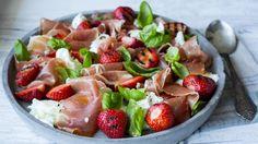 Grillede jordbær med mozzarella og spekeskinke