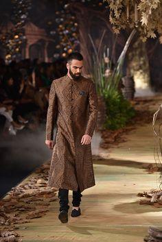 Complete Collection: Tarun Tahiliani at India Couture Week 2017 Indian Man, Indian Ethnic Wear, Fashion Me Now, Fashion Goth, India Wedding, Wedding Wear, Indian Groom Wear, Tarun Tahiliani, Winter Travel Outfit