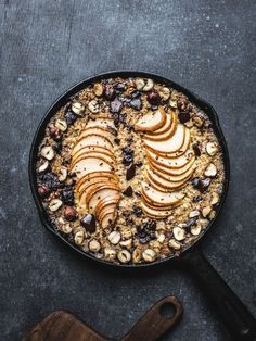 Baked Pear, Chocolate & Hazelnut Oatmeal {Vegan, GF} - Izy Hossack - Top With Cinnamon Chocolate Oatmeal, Chocolate Hazelnut, Chocolate Lovers, Healthy Breakfast Recipes, Brunch Recipes, Top With Cinnamon, Baked Pears, Make Ahead Meals, Baked Oatmeal