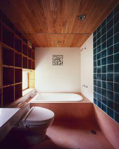 Bathroom. Shelf-Pod, by Kazuya Morita Architecture Studio. Moriguchi City, Japan.