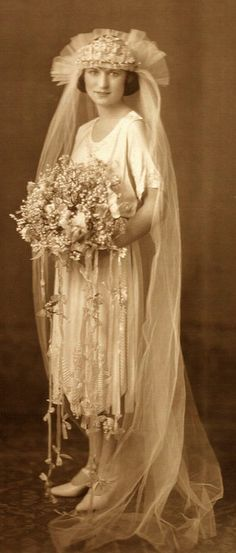 How to Be a Gatsby Flapper Bride - Roaring 20's Style - (article) -  http://boomerinas.com/2014/01/04/how-to-be-a-gatsby-flapper-bride-roaring-twenties-style/