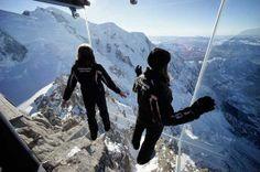 Op Aiguille du Midi, in het Mont Blanc massief bij het Franse Chamonix, kun je sinds twee maanden 'skywalken' met 3.842 meter leegte onder je voeten. Zouden jullie het aandurven?