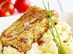 leivitetty sei ja aurinkokuivattu tomaatti-perunamuussi Fish Recipes, Healthy Recipes, Healthy Food, Lasagna, Nom Nom, Seafood, French Toast, Food And Drink, Baking