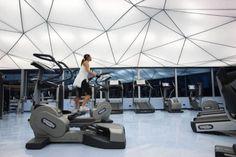 Sky Wellness, em Belgrado. A academia tem uma vidraça contínua, piso com resina refletiva e um forro composto por 390 painéis translúcidos e iluminados por trás.