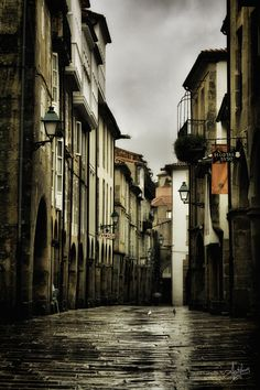 """""""Rúa do Vilar"""". Dicen que en Santiago la lluvia es arte ... tal vez por eso el invierno es tan especial."""