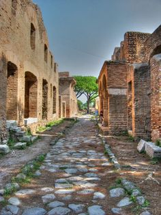 Ostia Antica - Domus is more of the Insula (lower class house) than that of Pompeii, Had 4 stories, made of brick, some contrasting colors were used. Numerous rooms with windows.