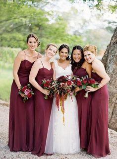 Ideas de la boda Marsala | Weddingomania. Un gran acierto vestir a tus damas de honor con el color del año 2015, el Marsala es un color muy elegante y sofisticado. Ideal para un boda en invierno.