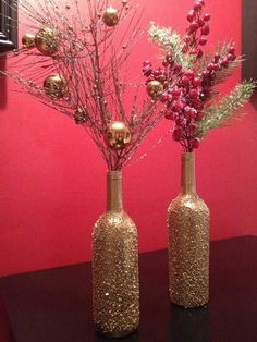 Glue, Epsom salt, gold spray paint for DIY Christmas wine bottles. (Top 36 Simple and Affordable DIY Christmas Decorations) Christmas Wine, Winter Christmas, All Things Christmas, Homemade Christmas, Christmas Baubles, Gold Christmas, Christmas 2014, Simple Christmas, Christmas Christmas