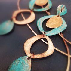 Collar calado en cobre patinado y rasguñado, creado por Ana Nadjar.