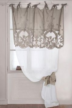 Window Treatment Ideas - Trying to find home window therapy suggestions? Have a look at this concept gallery of shutters, blinds, tones, and more. All the home window covering suggestions in one area. Cortinas Shabby Chic, Rideaux Shabby Chic, Shabby Chic Curtains, Curtains With Blinds, Bathroom Curtains, Drapes Curtains, Ideas For Curtains, Valances, Drapery