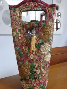 porta vinho Gislene Siqueira de Souza Wine Bags, Wine Tote, Sewing Crafts, Sewing Projects, Handmade Handbags, Patches, Christmas Gifts, Tips, Wine Purse
