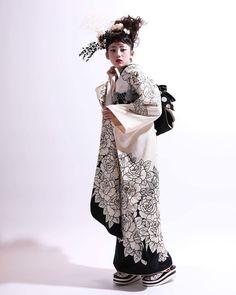 yuco.さんはInstagramを利用しています:「. モノトーンコーデ . 真っ白の世界で 影がすーっと。 . ライティング大事! . . thx @visagestudio @weveshine . . #kimono #着物 #furisode #振袖 #成人式 #成人式振袖 #成人式前撮り #ハーフ成人式…」 Traditional Kimono, Traditional Fashion, Traditional Outfits, Kimono Japan, Japanese Kimono, Kimono Fabric, Kimono Top, Modern Kimono, Kimono Design