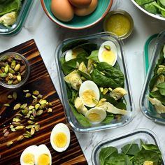 Spinach & Artichoke Salad with Parmesan Vinaigrette - Inspired by the classic warm party dip, this simple salad can be served up right away or divided in - Easy Salads, Healthy Salads, Healthy Eating, Healthy Recipes, Protein Recipes, Summer Salads, Yummy Recipes, Healthy Food, Diet