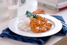 Varför ska stroganoffen bara paras med biff och korv? Nä, kyckling passar precis lika bra som kompis i den krämiga tomatsåsen. Särskilt när du smaksätter såsen med timjan, som jag gjort i det här receptet. Variation är ju aldrig fel, särskilt inte om variation kan kombineras med omtyckta klassiker så du kan vara säker på …