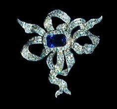 This stunning diamond bow brooch or stomacher has a large rectangular Sapphire in the center and a large oval shaped Sapphire pendant set in diamonds. The brooch was made for Queen Wilhelmina between 1895 and 1900. Queen Wilhelmina first wore this brooch in 1901 with her Wedding Gift Parure.