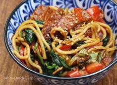 Gebratene Nudeln mit Inari, Spinat und Tomaten-Erdnuss-Soße