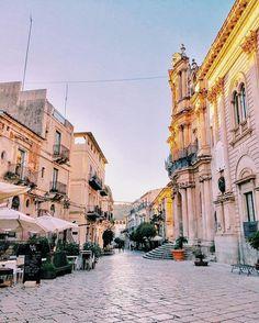 Se non ti perdi non trovi strade nuove 😉✌🏻️ #igersragusa#igersitalia#igerssicilia#siciliabedda#sicilianinsta#agameoftones#streetphotography#ig_sicily#communityfirst#webstagram#liveauthentic#peace#white#architecture#beautiful#likeforlike#awesome#landscape#siciliansworld#cityscape#instamood#scicli#paese#sunlight#colors#igspecialist#traveller#travelgram#trip#travel