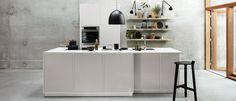 Modu Light Grey is een minimalistische en stijlvolle keuken met een twist. De meubellook van de kasten biedt allerlei mogelijkheden om in het hele huis samenhang te creëren. Kvik Keukens Amsterdam Westpoort. Danish Design. #modubykvik