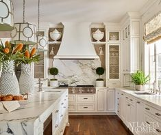 Mix and Chic: Inside a bright and beautiful transitional Nashville home! Mix and Chic: Inside a bright and beautiful transitional Nashville home! Living Room Kitchen, New Kitchen, Kitchen Decor, Kitchen Ideas, Kitchen Trends, Cozy Kitchen, Awesome Kitchen, Kitchen Modern, Kitchen Layout