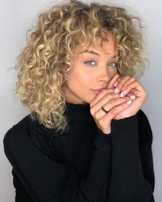 We rounded up our favorite celebrities who rock blonde hair with lowlights. Bob Haircut Weave, Modern Bob Haircut, Bob Haircut Curly, Cute Bob Haircuts, Layered Bob Hairstyles, Blonde Layered Hair, Ash Blonde Hair, Blonde Curly Hair Natural, Double Long Bob