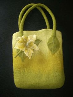 Purée shading and leaf handle Fabric Handbags, Fabric Bags, Purses And Handbags, Handmade Felt, Handmade Bags, Wet Felting, Needle Felting, Felt Ball Rug, Felted Wool Crafts