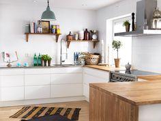 White kitchen with wooden details. Kitchen Dining, Kitchen Cabinets, Scandinavian Kitchen, Beautiful Kitchens, Interior Design Kitchen, Home Kitchens, New Homes, Decoration, House Styles