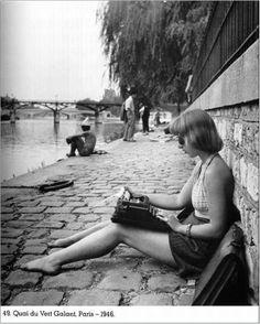 ( fotografia: Robert Doisneau )  A Remington  vendeu as suas primeiras máquinas de escrever em 1874, tendo decorrido cinco anos até consegu...