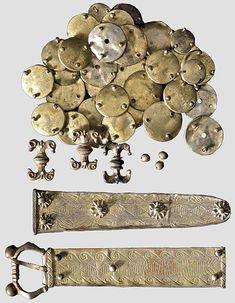 Cintura cerimoniale, Germania o Francia, XIV secolo; proviene dall'asta n° 54/2008 di Hermann Historica. Il materiale fondante è argento ricoperto in oro. La fibbia, lunga 14,5 cm, conserva ancora la rivettatura originale [fonte: http://www.hermann-historica-archiv.de/auktion/hhm54.pl?f=NR&c=66396&t=temartic_G_D&db=kat54_g.txt]