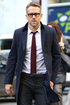 Ryan Reynolds trägt Dunkelblauer Mantel, Weißes Businesshemd, Schwarze Anzughose, Dunkelrote Strick Krawatte | Herrenmode