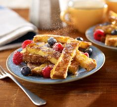 These gluten-free French toast sticks are the perfect indulgence for weekend brunch. They're topped with fresh berries and maple syrup. Brunch Recipes, Breakfast Recipes, Dinner Recipes, Dessert Recipes, Desserts, Gluten Free French Toast, Healthy Foods To Eat, Healthy Recipes, Healthy Brunch