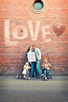 take family photos with signs! like one for Christmas in Florida could me a family holding up 'LET IT SNOW. perfect for Christmas cards! Pic Pose, Photo Poses, Family Posing, Family Portraits, Family Pictures, Cute Pictures, Foto Fun, Family Love, Family Values