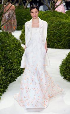 Vestido de novia de Raf Simons para Dior (SS 2013) de corte sirena y bordados en naranja. Como complemento la chaqueta.