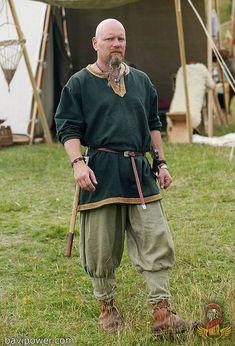 Reenactor at Viking market in Hobro, I like the Tunic! Reenactor at Viking market in Hobro, I like the Tunic!dk/… Reenactor at Viking market in Hobro, I like the Tunic! Viking Tunic, Viking Garb, Viking Reenactment, Viking Men, Viking Dress, Viking Warrior, Medieval Tunic, Costume Viking, Medieval Costume