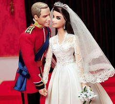 la société Mattel a prévu d'accompagner l'anniversaire de 1an du mariage par l'édition de poupées figurant le plus exactement le couple au moment de leur mariage. Kate avec la robe signée Burton pour McQueen, les bijoux parfaitement copiés; et William dans sa tunique rouge des gardes irlandais barrées par le cordon bleu de l'ordre de la Jarretière épinglé des insignes de la RAF. Les poupées mesurent 11,5 cm et couteront 99L .